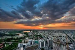 Widok z lotu ptaka nad Bucharest przy półmrok panoramiczną linią horyzontu obraz stock