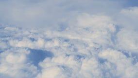 Widok z lotu ptaka nad chmury od samolotu zbiory wideo