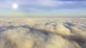 Widok z lotu ptaka nad chmury w kierunku słońca zbiory