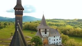 Widok z lotu ptaka nad drewnianym kościół w Ieud zbiory wideo