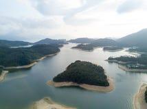 Widok z lotu ptaka nad Hong Kong Tai zwiania Chung rezerwuarem pod smokey pogodą obraz royalty free