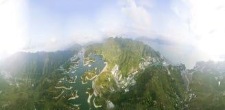 Widok z lotu ptaka nad Hong Kong Tai zwiania Chung rezerwuarem pod smokey pogodą zdjęcie royalty free