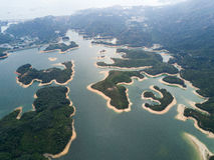 Widok z lotu ptaka nad Hong Kong Tai zwiania Chung rezerwuarem pod smokey pogodą fotografia stock