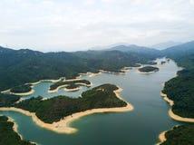 Widok z lotu ptaka nad Hong Kong Tai zwiania Chung rezerwuarem pod smokey pogodą zdjęcia royalty free