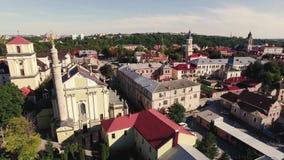 Widok z lotu ptaka nad katedrą na wsi w górach przy zmierzchem zbiory wideo