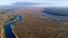 Widok z lotu ptaka nad małą rzeką Zdjęcia Royalty Free