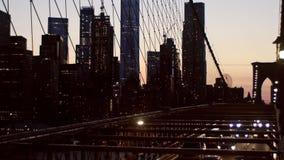 Widok z lotu ptaka nad Manhattan z mostem brooklyńskim zamazującym zaświeca noc widoku linia horyzontu, abstrakcjonistyczny tło zbiory