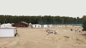 Widok z lotu ptaka nad piasek plażą Ludzie kłaść na beanbags, bawić się sport gry zbiory