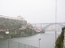 Widok z lotu ptaka nad Rzecznym Douro w Porto, Portugalia Dżdżysty, chmurzy dzień fotografia stock