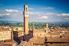 Widok z lotu ptaka nad Siena: Mangia wierza Obrazy Stock