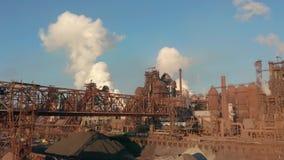 Widok z lotu ptaka nad uprzemysłowionym miastem z lotniczym atmosfery i wody rzecznej zanieczyszczeniem od metalurgicznej rośliny zdjęcie wideo