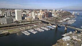 Widok Z Lotu Ptaka Nad W centrum Tacoma nabrzeża początku Waszyngtońską zatoką zdjęcia stock