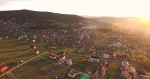 widok z lotu ptaka nad wschód słońca małą wioską zbiory
