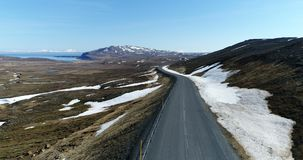 Widok z lotu ptaka nad zdewastowaną krajobrazową pobliską drogą w północnym wschodzie Iceland zbiory