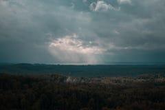 Widok z lotu ptaka nad zielonym lasem w wieczór Chmurna tajemnica Krajobrazy Latvia Zdjęcia Stock