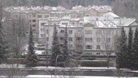 Widok z lotu ptaka natężenie ruchu drogowego i niski wzrosta mieszkanie na zimnym miecielica śniegu zbiory wideo