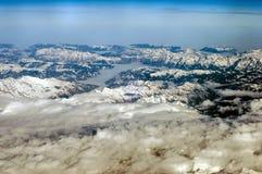 Widok z lotu ptaka ?nie?ne g?ry w zimie lata? nad chmury obrazy stock
