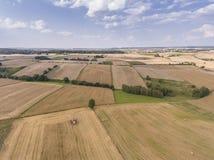 Widok z lotu ptaka niebieskiego nieba i wioski żniwa pola przy latem Zdjęcia Royalty Free