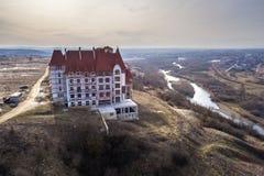 Widok z lotu ptaka niedokończona multistoried siedziba, hotel lub chałupa budynek z stiuk ścianą, obsada żelazni balkonowi poręcz obrazy stock
