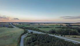 Widok z lotu ptaka niemiecki autobahn, otaczający pola i łąki zdjęcia royalty free