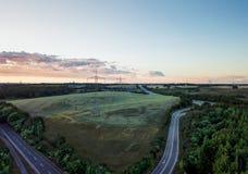 Widok z lotu ptaka niemiecki autobahn, otaczający pola i łąki zdjęcie royalty free