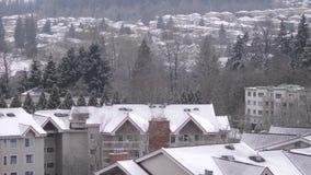 Widok z lotu ptaka niski wzrosta mieszkanie, dom na górze podczas zimnego miecielica śniegu i zbiory