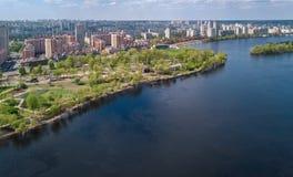Widok z lotu ptaka nowa nowożytna mieszkaniowa Obolon gromadzka pobliska Zaporoska rzeka w Kijowskim mieście, Kyiv pejzaż miejski obrazy stock
