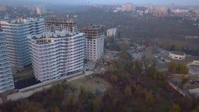 Widok z lotu ptaka nowi budynki i ulica przy zmierzchem zbiory