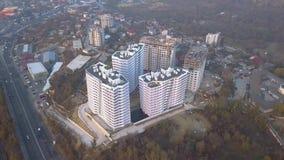 Widok z lotu ptaka nowi budynki i ulica przy zmierzchem zbiory wideo