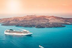 Widok z lotu ptaka nowożytny luksusowy turystyczny statek wycieczkowy w zatoce Santorini, Grecja zdjęcie stock