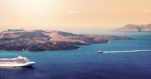 Widok z lotu ptaka nowożytny luksusowy turystyczny statek wycieczkowy zakotwiczał w zatoce Santorini, Grecja fotografia stock