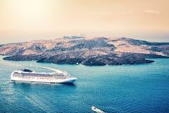 Widok z lotu ptaka nowożytny luksusowy turystyczny statek wycieczkowy zakotwiczał w zatoce Santorini, Grecja zdjęcie stock