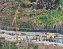 widok z lotu ptaka nowy drogowy w budowie z ?urawiem, materia?y budowlani i maszyneria pracuje na miejscu jest zdjęcia stock
