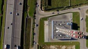 Widok z lotu ptaka nowy nowożytny benzynowy dom blisko drogowego śladu zbiory