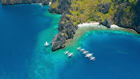 Widok z lotu ptaka nurkowe łodzie cumował blisko tajnej laguny na Miniloc wyspie el, Palawan Filipiny dziwaczny zbiory