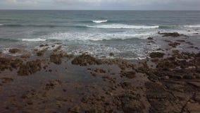 Widok z lotu ptaka ocean fale i skalisty wybrzeże zdjęcie wideo