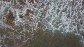 Widok z lotu ptaka ocean fale i skalisty wybrzeże zbiory wideo
