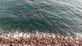 Widok z lotu ptaka ocean fale uderza skalistą plażę Trutnia strzał jasna błękitna woda morska zbiory wideo
