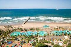Widok z lotu ptaka ocean indyjski, molo w grodzkim centrum Durban, biały piaskowatych plaż, basenu i oceanu, Południowa Afryka Zdjęcia Stock