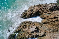 Widok z lotu ptaka ocean piękne fale skalisty wybrzeże i zdjęcie royalty free