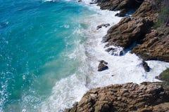 Widok z lotu ptaka ocean piękne fale skalisty wybrzeże i zdjęcie stock
