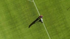 Widok z lotu ptaka ocechowanie stadionu futbolowego pole z farbą zbiory wideo