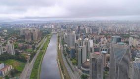 Widok z lotu ptaka Octavio Frias De Oliveira Przerzucający most, punkt zwrotny w Sao Paulo duży miasto w Brazylia zbiory wideo