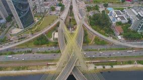 Widok z lotu ptaka Octavio Frias De Oliveira Przerzucający most, punkt zwrotny w Sao Paulo duży miasto w Brazylia zdjęcie wideo