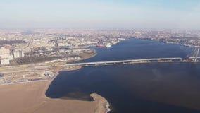 Widok z lotu ptaka od śmigłowcowej komarnicy nad rzeka wzmagający Miasto przy wybrzeże mostem słoneczny dzień Megapolis zdjęcie wideo