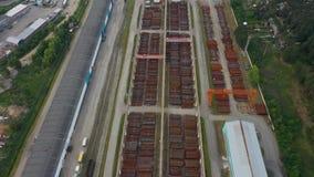 Widok z lotu ptaka od trutnia na wielkim metalu magazynie w parku przemysłowym przedmieścia zbiory