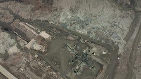 Widok z lotu ptaka odkrywkowego kopalnictwa łup z udziałami maszyneria przy pracą - widok z góry Odżużlać jamę zbiory wideo
