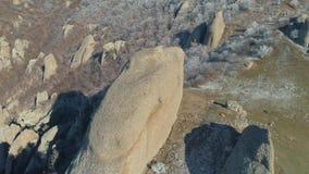 Widok z lotu ptaka ogromne skały na halnym wzgórzu zakrywającym śnieżnymi krzakami i drzewami strzał Styczeń 33c krajobrazu Rosji zbiory wideo