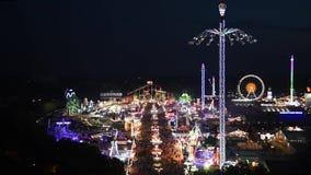 Widok z lotu ptaka Oktoberfest przy nocą, Monachium, Niemcy zbiory wideo