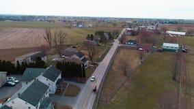 Widok Z Lotu Ptaka Otwarty Amish Koński i powozik Kłusuje Wzdłuż jak Widzieć trutniem zdjęcie wideo